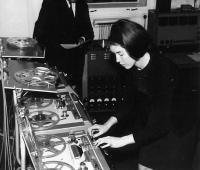 Delia Derbyshire pinchando en los estudios de la BBC en 1964