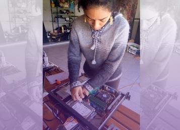 mujer con destornillador cacharreando ordenador