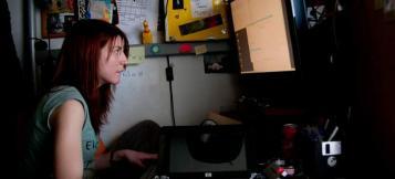 Silvia García a l'ordinador