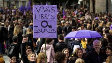 Pancarta contra la violencia machista durante una movilización por el Día de la Mujer: Vivas Libres Iguales